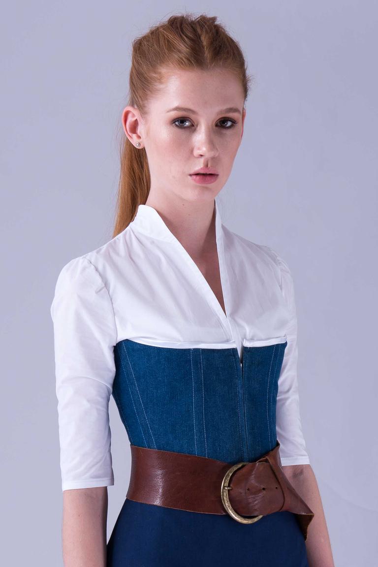 """Weiße, hochgeschlossene Trachtenbluse """"Saint-Dizier"""" aus Baumwolle, kombiniert mit Stäbchenmieder """"Cuis"""" aus Jeans-Baumwolle"""
